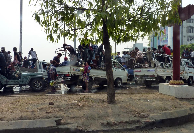 Mandalay Alle wollen zum Wasserfest