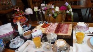 Malans Weißes Kreuz Frühstück mit Blumen