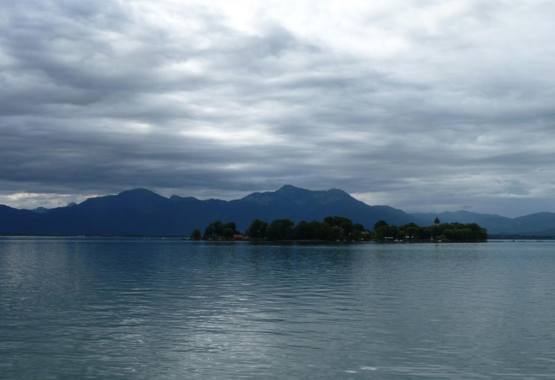 Morgens hingen die Wolken noch tief über dem Chiemsee.
