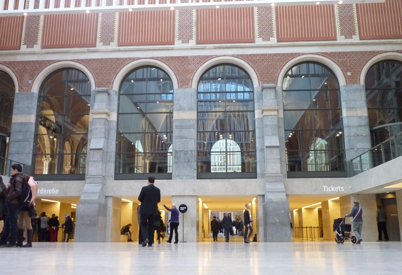 Einladend ist die Eingangshalle im Rijksmuseum,