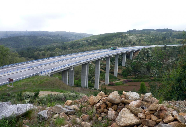 Gut ausgebaut aber ziemlich leer sind die Straßen im Zentrum von Portugal.