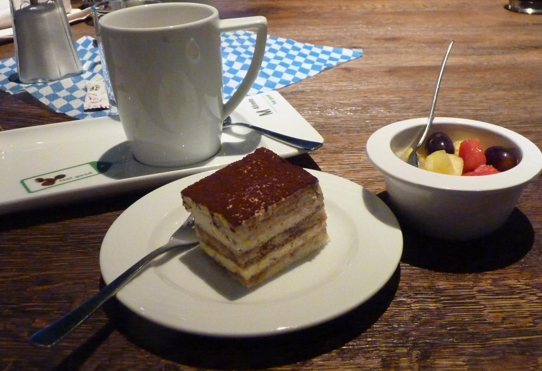 Dann klingt der Abend im Restaurant Tante Ju nach einem deftigen Grillmenü bei Kaffee und Tiramisu aus.