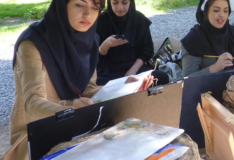 Iran ist bei Studiosus-Gästen das beliebteste Reiseland.  Das Bild zeigt Malschülerinnen in Shiraz.