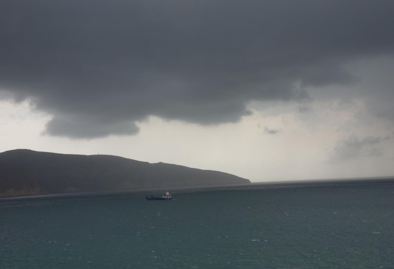 Dicke Regenwolken hängen über Khasab.