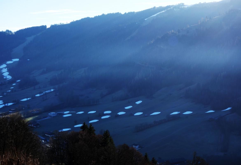 So sah's im Dezember in den Bergen aus. Reste von Kunstschnee in grünen Wiesen.