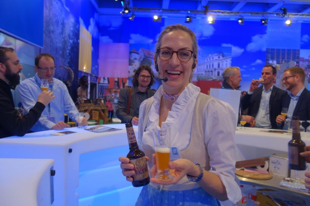 """Traditionell bayerisch: Mit Engagement präsentierte Stephanie Meyer von der Post Brauerei Nesselwang die """"vier Nesselwanger Biere""""."""