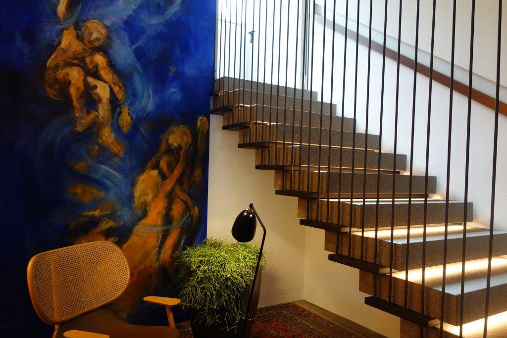 Lebensfreude gleich bei der Ankunft dank des Wandbildes von Erich Stecher.