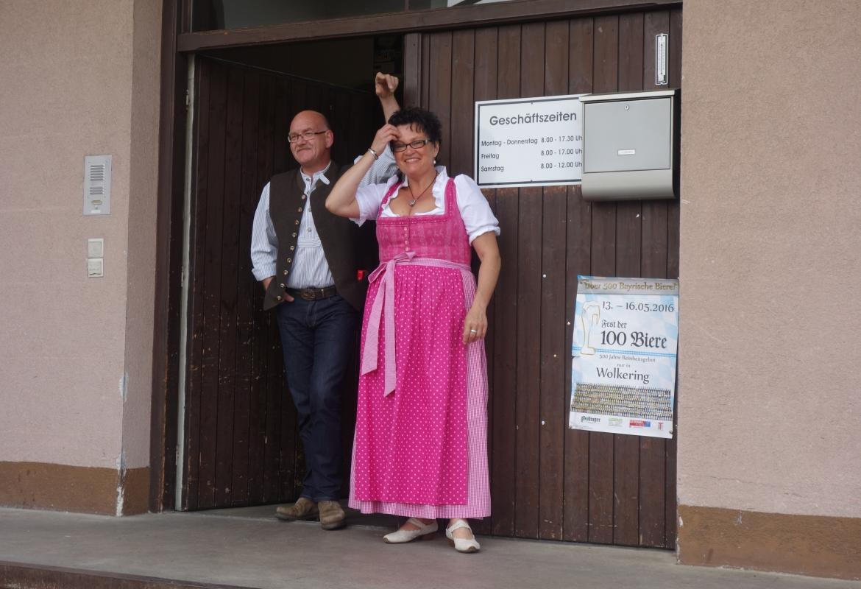 Wie man es sich vorstellt: Bräu und Bräuin vor der Braurei Leidmann.