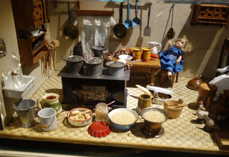Wie's früher einmal war: Puppenküche in der Gaststube beim Bräu im Moos.