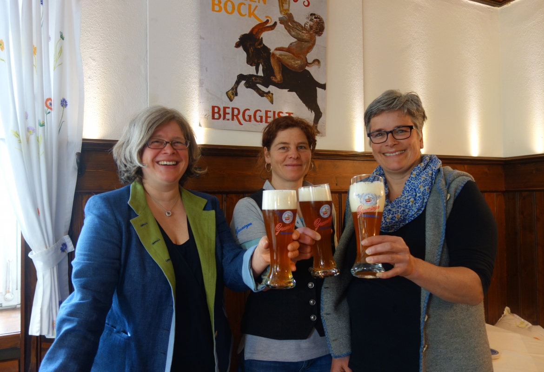 Ein Prost auf die Bierwallfahrt von den drei Mäderln des Haues Birgit, Iris und Sabine.