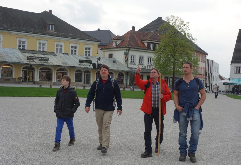 Die Wallfahrer sind am Ziel. In Altötting gibt's noch ein Pilgerbier.