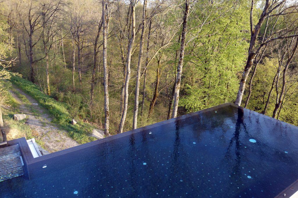 Der Infinity Pool scheint in der Landschaft zu schweben.