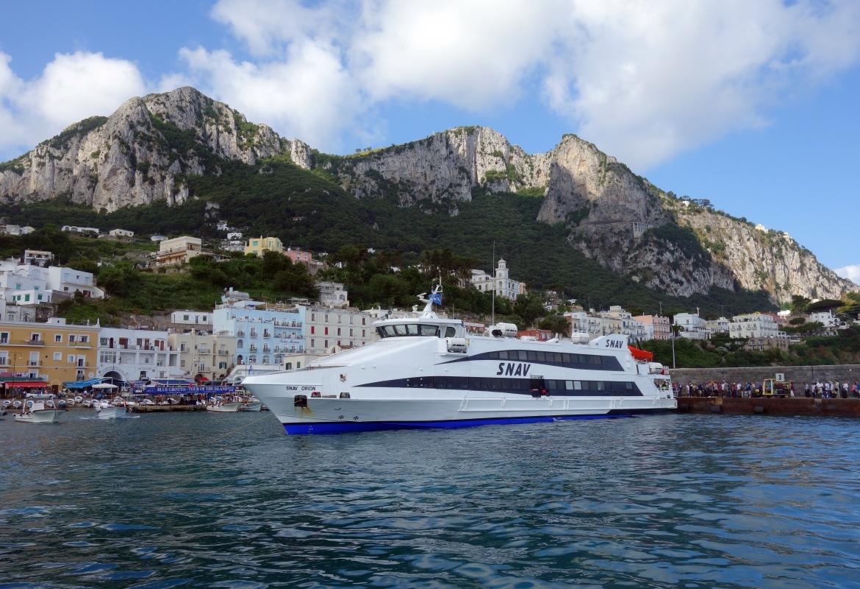 Auf den Fähren drängen sich die Touristen, die nach Capri wollen.