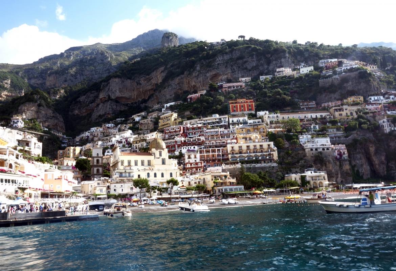 Positano empfängt uns mit pastellfarbenen Häusern, die am Hang  über dem blauen Meer kleben.