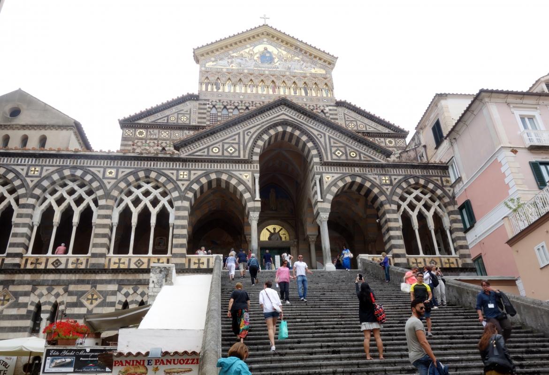 Die Domtreppe von Amalfi ist ein Touristenmagnet.