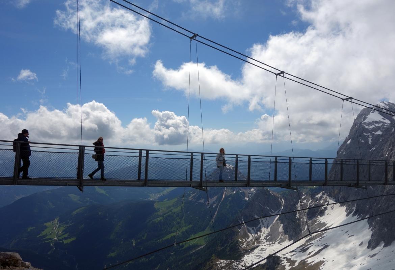 Die Hängebrücke spannt sich spektakulär über dem Abgrund.