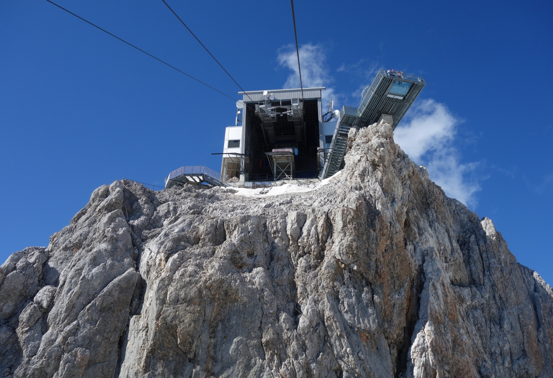 Weit ragt die Aussichtsplattform über den Felsen hinaus.