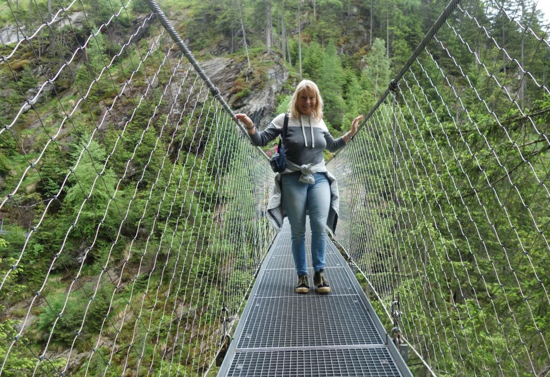 Eine wacklige Angelegenheit ist die Hängebrücke bei den Riesach-Wasserfällen.