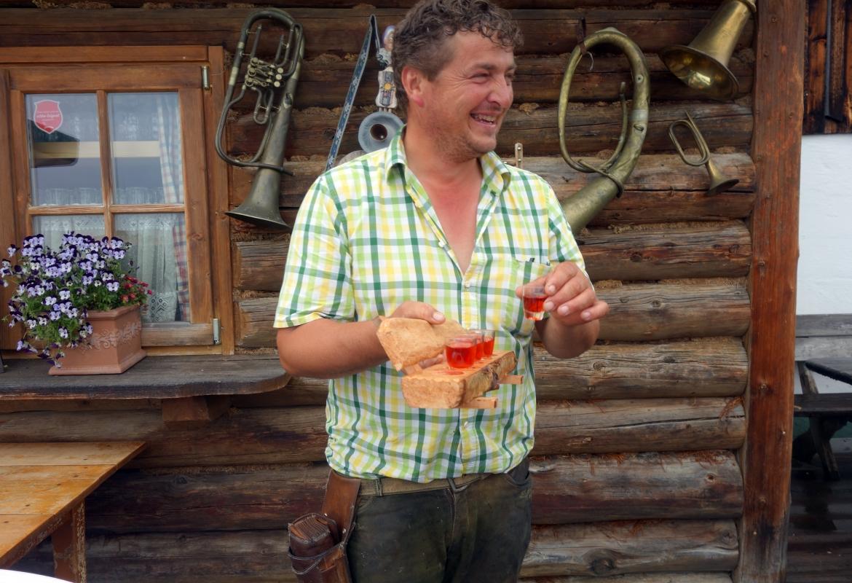 Hüttenwirt Gerhard empfängt die Gäste mit einem Stamperl Schnaps und ansteckend guter Laune.