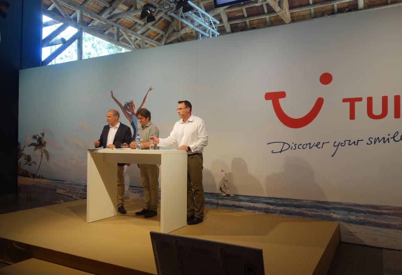 Bei der Präsentation der Winterprogramme riet Oliver Dörschuck (rechts neben Mario Köpers und TUI-Chef Sebastian Ebel) zu schnellen Buchungsentscheidungen.