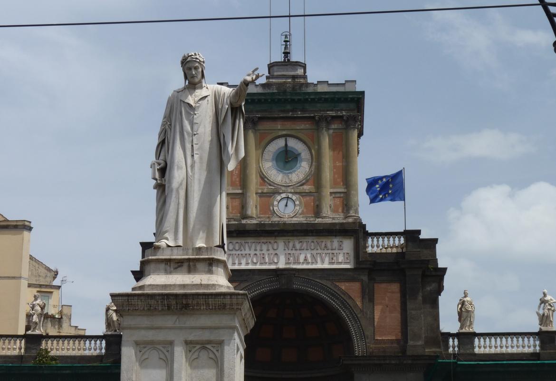 Die Piazza Dante ist eines der quirligen Zentren in der Millionenstadt.
