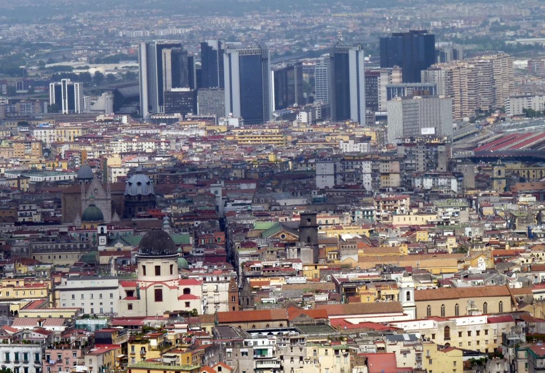 Von oben besehen sieht Neapel aus wie andere Städte auch, mit Wolkenkratzern und einem Häusermeer. Doch die Stadt hat ihren ganz eigenen Charme.