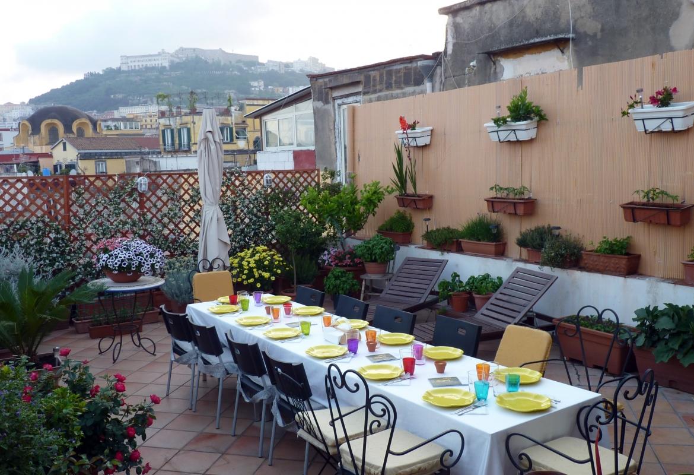 Auf der Dachterrasse von Claudio Morelli  ist der Tisch für uns gedeckt.