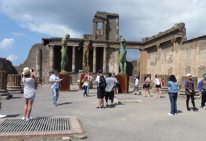 In Pompeji werden die Besucher von einer Skulpturengruppe empfangen.