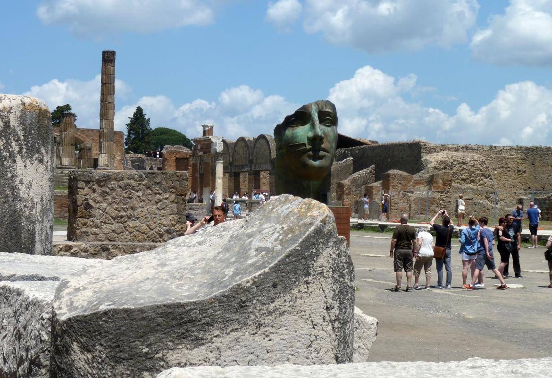Fast mystisch wirkt die Verschmelzung von Mitorajs Skulpturen mit der antiken Stätte.