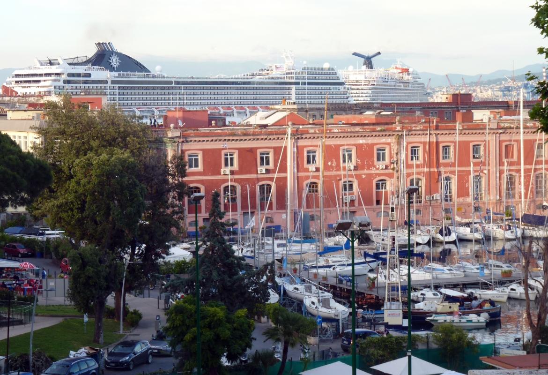 Ein Großteil der Besuchermassen in Poempeji kommt von den Kreuzfahrtschiffen, die vor Neapel liegen.