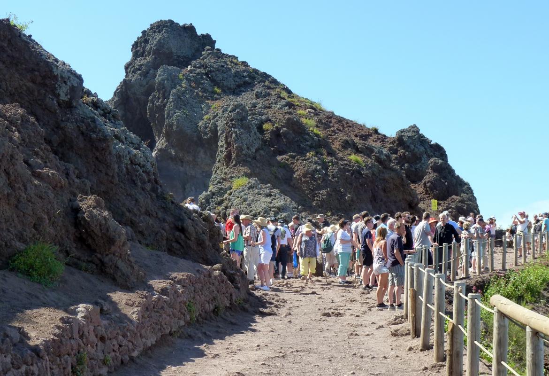 Auch auf dem Weg zum Vesuv-Krater sind Touristen in Massen unterwegs.