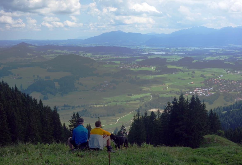 Mit einem weiten Blick übers Pfrontener Tal werden die Wanderer nach dem Aufstieg belohnt.
