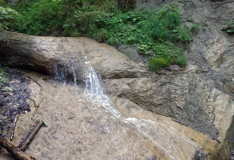 Plätschernde Wasserfälle begleiten die Wanderer auf dem Weg hinunter nach Nesselwang.
