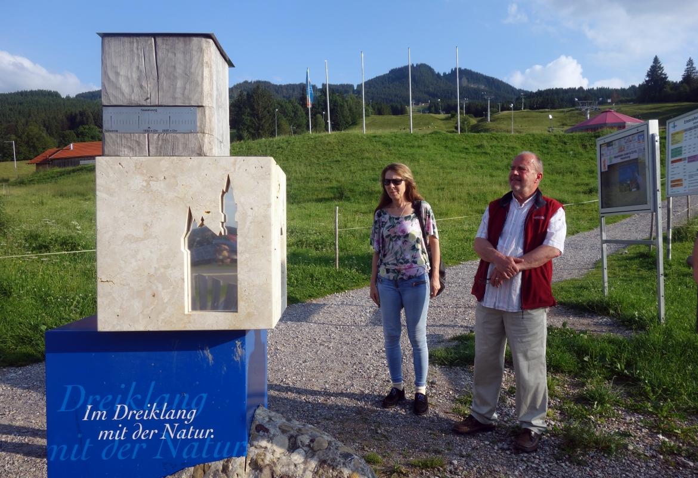 In Nesselwang steht einer der Trilogiesteine mit einem sitlisierten Schloss Neuschwanstein.