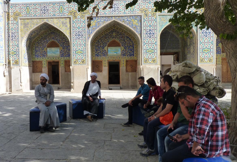 Der Boom im Iran hält an:   Mullahs und Schüler bei der Königsmoschee in Isfahan.