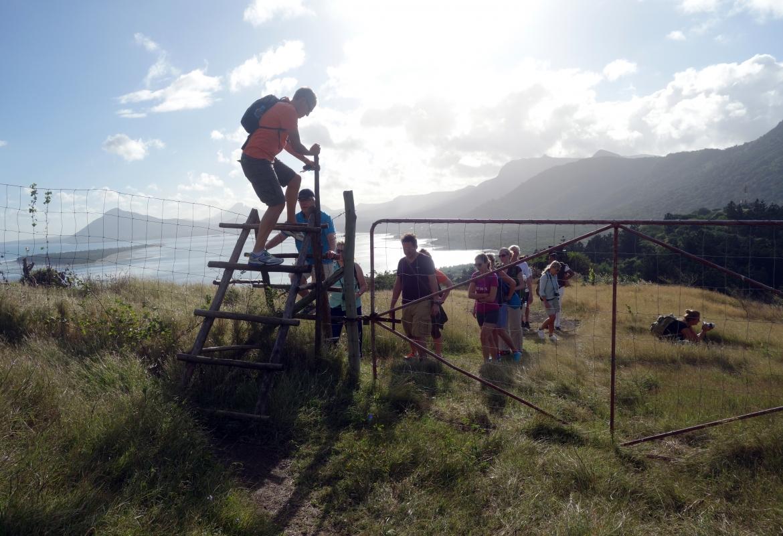 Harmlos ist die erste Kletterpartie über einen Zaun.