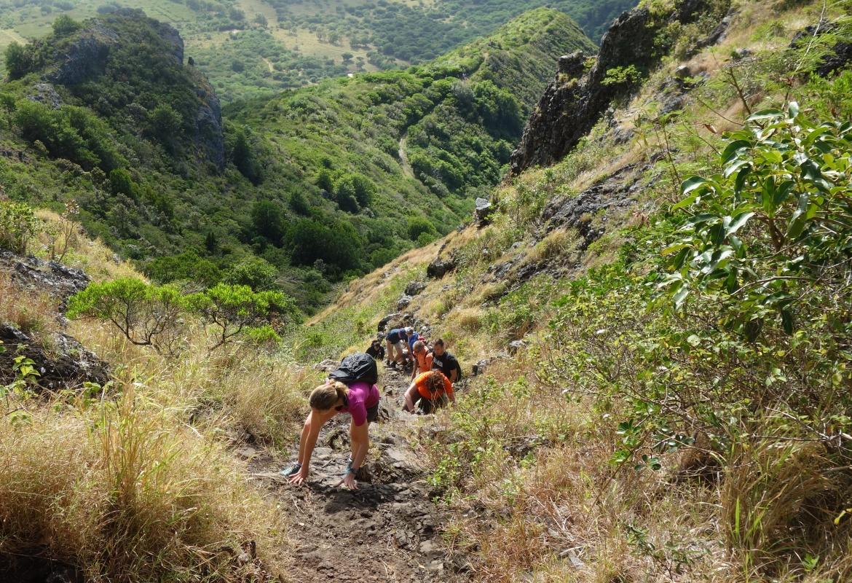 Beim Aufstieg über einen steilen Schotterpfad kann man schon mal die Hände zu Hilfe nehmen.