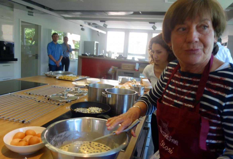Zum Abschluss rührt die Rosi den Pfannkuchenteig für die Blaubeerdatschi.