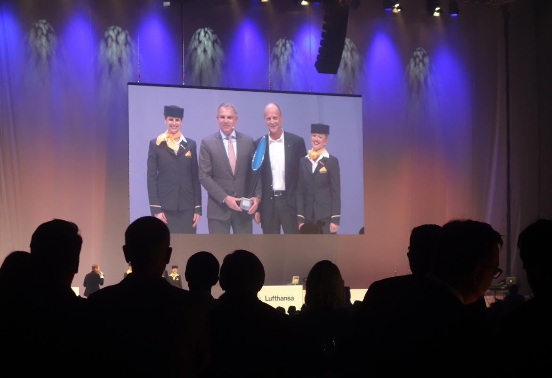 Große Bühne für den A 350-900: Zwei Chefs gratulieren sich gegenseitig (li Carsten Spohr von der Lufthansa, rechts Tom Enders von Airbus) eingerahmt von Flugbegleiterinnen.