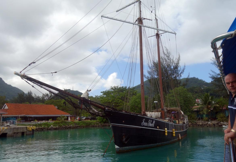 Im kleinen Hafen von Mahé liegen die Schiffe von Silhouette Cruises bereit.