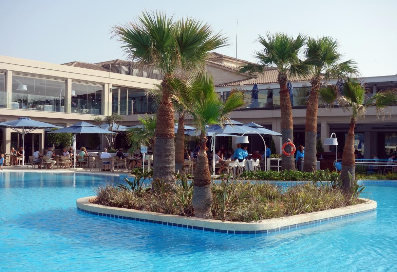 Einladend: Der große Pool im Hotel Atlantica Mare Village.