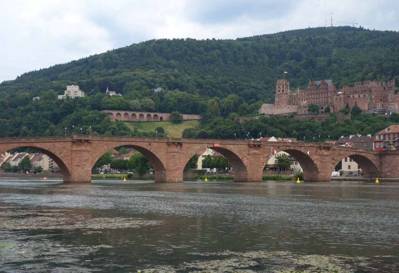 Typisch Alt-Heidelberg:  Alte Brücke mit Schloss.