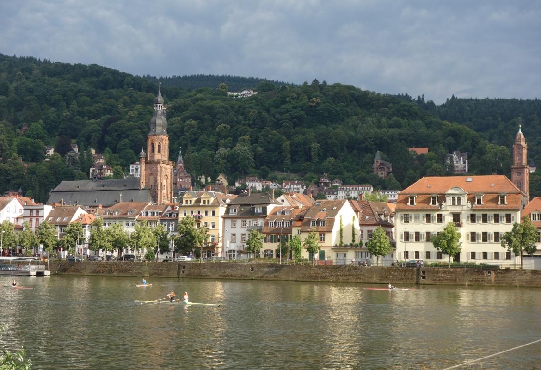 Von den Heidelberg Suites geht der Blick über den Neckar auf die Altstadt von Heidelberg.