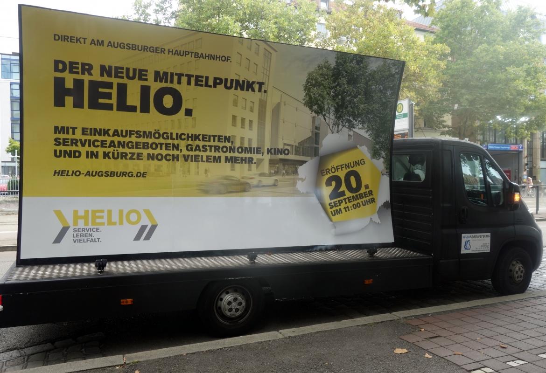 Der Truck mit der Helio-Werbung zieht viel Aufmerksamkeit auf sich.