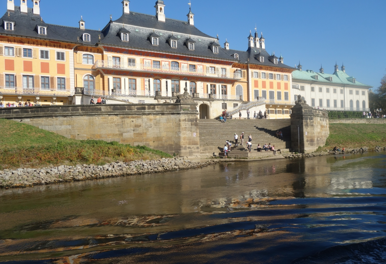 So kennen die meisten Schloss Pillnitz –  von der Elbe aus.