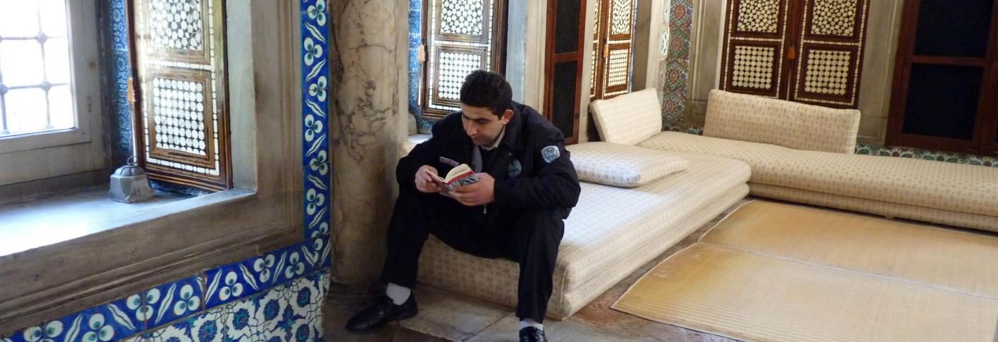 Lesender Wärter im Topkapi Palast