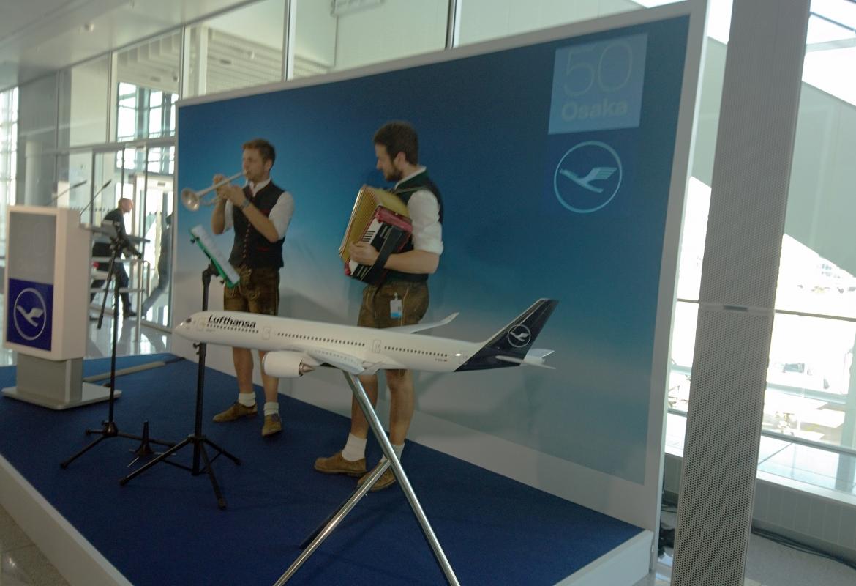 Bayerische Musik gab's vor dem Abflug nach Osaka.