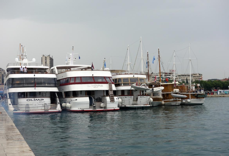 Schiff an Schiff im Hafen von Split. Wir müssen unsere Relax erst suchen.