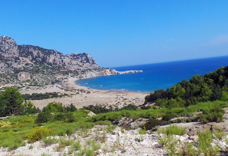 Blauer Himmel und blaues Meer.  Rhodos ist auch im Spätherbst noch einen Inseltrip wert.