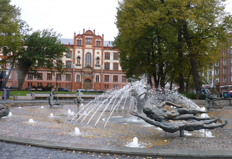 Brunnen als Lebensspender:   Brunnen der Lebensfreude in Rostock.